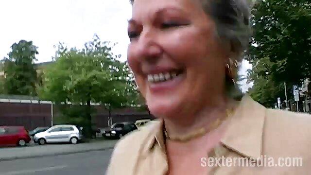 एक जवान लड़की, गोरा किशोरों अंग्रेजी सेक्सी फुल उसे योनि में एक बोतल डालता है, और फिर आदमी